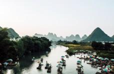 桂林山水中的竹筏