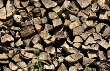 堆叠摆放着的木头