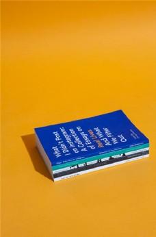 书本 橙色背景