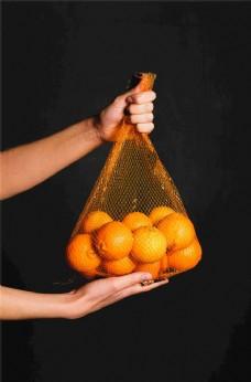 手提袋中的橙子