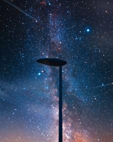 星空下的路灯