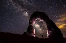 星空下的拱石