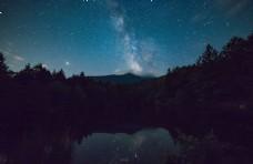 星空下的湖面