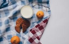 桌布上的早餐奶