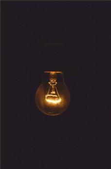 黑暗中散发微光的灯泡