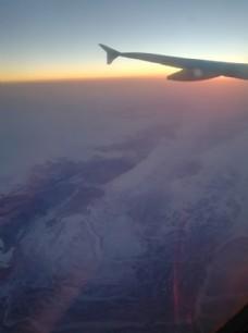 飞机下的皑皑雪山